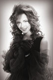 Portrait d'une belle femme dans un rétro style dans la robe noire Photo libre de droits