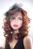 Portrait d'une belle femme dans un rétro style dans la robe noire Photographie stock libre de droits