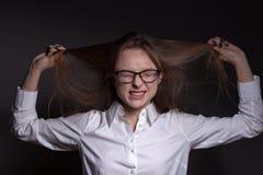 Portrait d'une belle femme dans un style d'affaires Photographie stock