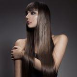 Portrait d'une belle femme de brune avec de longs cheveux droits photographie stock