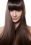 Portrait d'une belle femme de brune avec de longs cheveux droits images libres de droits