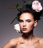 Portrait d'une belle femme de brune avec la coiffure créative Photos stock