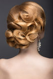 Portrait d'une belle femme de gingembre dans l'image de la jeune mariée Vue arrière de coiffure Photo libre de droits