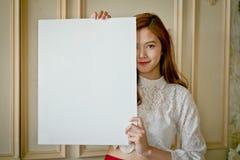 Portrait d'une belle femme de l'Asie tenant un conseil vide Images libres de droits