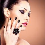 Portrait d'une belle femme de mode avec le maquillage lumineux images libres de droits