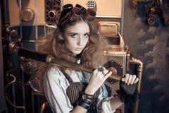 Portrait d'une belle femme de steampunk, avec un télescope sur un g photos libres de droits