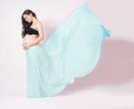 Portrait d'une belle femme enceinte dans le châle de mousseline de soie photographie stock libre de droits