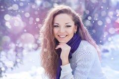 Portrait d'une belle femme heureuse en hiver photo stock