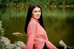 Portrait d'une belle femme par le lac Image stock