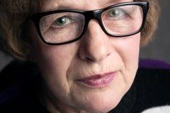 Portrait d'une belle femme plus âgée avec des verres Photo stock