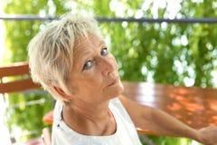 Portrait d'une belle femme plus âgée dans le jardin de bière Photos stock