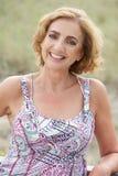 Portrait d'une belle femme plus âgée souriant dehors image libre de droits