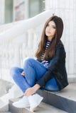 Portrait d'une belle femme s'asseyant sur les étapes Images stock