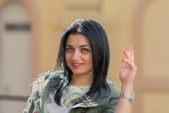 Portrait d'une belle femme sur la rue photographie stock libre de droits