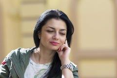 Portrait d'une belle femme sur la rue Images libres de droits