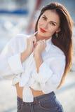 Portrait d'une belle femme sur le fond de la mer et des yachts Photographie stock