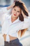Portrait d'une belle femme sur le fond de la mer et des yachts Photo stock