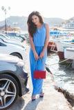 Portrait d'une belle femme sur le fond de la mer et des yachts Image libre de droits