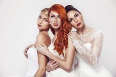 Portrait d'une belle femme trois dans la robe de mariage Photo stock
