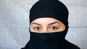 Portrait d'une belle fille arabe Une femme islamique dans un hijab regarde dans la cam?ra clips vidéos