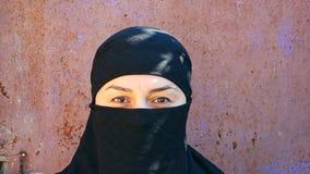 Portrait d'une belle fille arabe Une femme islamique dans un hijab regarde dans la cam?ra banque de vidéos