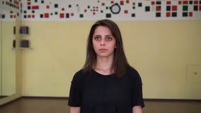 Portrait d'une belle fille attendant quelque chose dans la chambre banque de vidéos