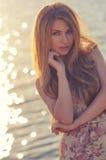 Portrait d'une belle fille au soleil extérieure Photos stock