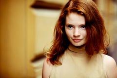 Portrait d'une belle fille avec des taches de rousseur photo stock