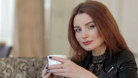 Portrait d'une belle fille avec la tasse blanche dans des ses mains clips vidéos