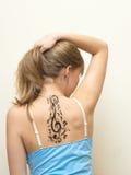 Portrait d'une belle fille avec le tatouage Photographie stock