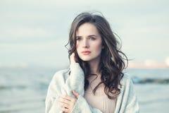 Portrait d'une belle fille avec les cheveux bouclés sur Windy Day froide images libres de droits