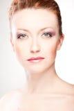 Portrait d'une belle fille avec les cheveux rouges sur le blanc Photographie stock