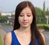 Portrait d'une belle fille avec ses yeux fermés Photographie stock libre de droits