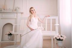 Portrait d'une belle fille blonde dans l'image de la jeune mariée Visage de beauté La photo a tiré dans le studio sur un fond cla photographie stock libre de droits