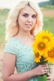 Portrait d'une belle fille blonde de sourire dehors photos stock