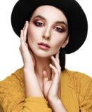 Portrait d'une belle fille dans le chapeau sur un fond blanc images stock