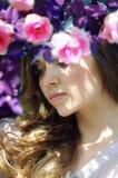 Portrait d'une belle fille dans les roses de thé Images stock