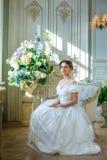 Portrait d'une belle fille dans une robe de boule dans l'intérieur Le concept de la tendresse et la beauté pure dans la princesse Photographie stock libre de droits