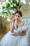 Portrait d'une belle fille dans une robe de boule dans l'intérieur Le concept de la tendresse et la beauté pure dans la princesse Photos libres de droits