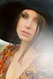 Portrait d'une belle fille dans un chapeau Photographie stock