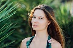 Portrait d'une belle fille dans un maillot de bain près des paumes Photo stock