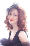 Portrait d'une belle fille dans un rétro style dans la robe noire Photo libre de droits