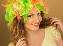 Portrait d'une belle fille dans une perruque de couleur et de belles valeurs maximales de concentration au poste de travail haute Photos stock