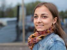 Portrait d'une belle fille dans une veste de denim avec une écharpe images stock