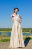 Portrait d'une belle fille de brune dans une robe courte Photos libres de droits
