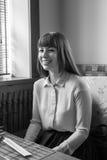 Portrait d'une belle fille de sourire dans un café noir et blanc Photo stock