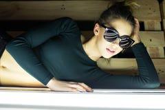 portrait d'une belle fille en verres avec la réflexion Photo stock