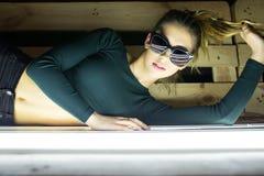 portrait d'une belle fille en verres avec la réflexion Photographie stock libre de droits
