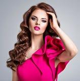 Portrait d'une belle fille ?l?gante avec de longs cheveux boucl?s photographie stock libre de droits