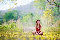 Portrait d'une belle fille parmi les fleurs jaunes dans la nature Images stock